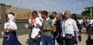 Alunos a caminho do aeroporto internacional de Nampula