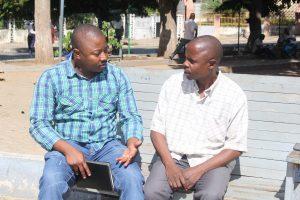 Manuel Tocova sendo entrevistado no parque dos continuadores em Nampula