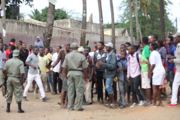 A PRM disparou gas lacrimogenio na cidade de Nampula porque a população queria destruir casa de nigerianos que raptaram crianas