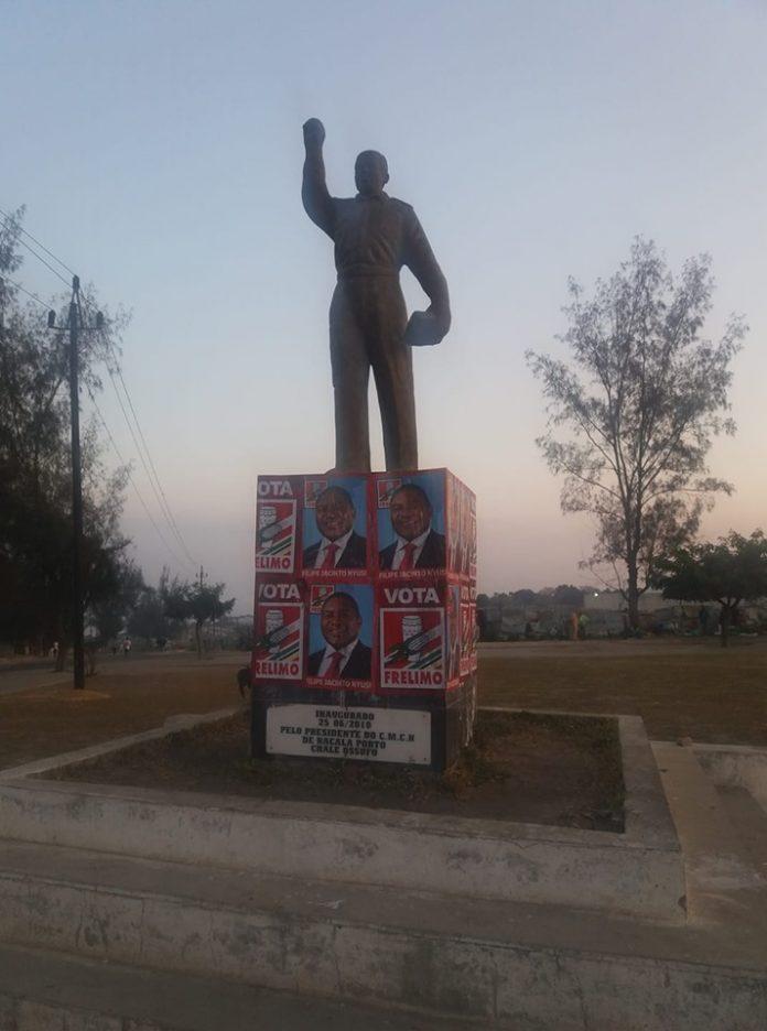 A estatuta de Eduardo Mondlane primeiro presidente da Frelimo ficou colada com os panfletos do partido em ilicito eleitoral